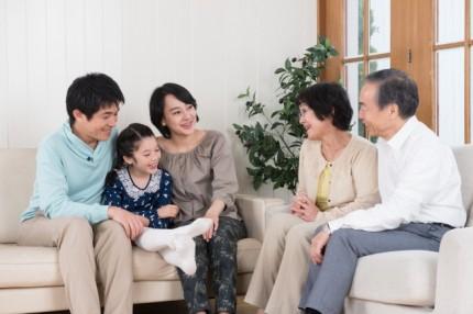 語らう三世代家族